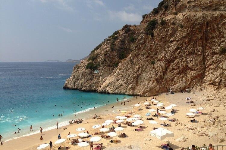 Plaža na moru sa belim suncoranima