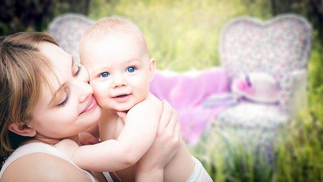 Majka grli svoju bebu u prirodi