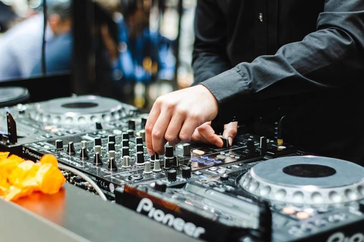 DJ pušta muziku na mikseti