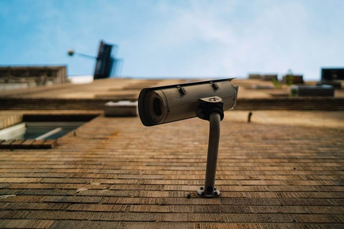 bela kamera za video nadzor slikana odozdo na gore