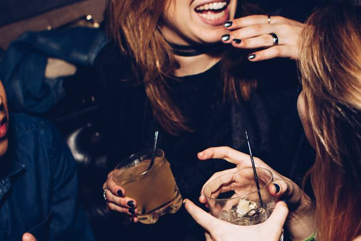 Devojka u izlasku sa pićem u ruci