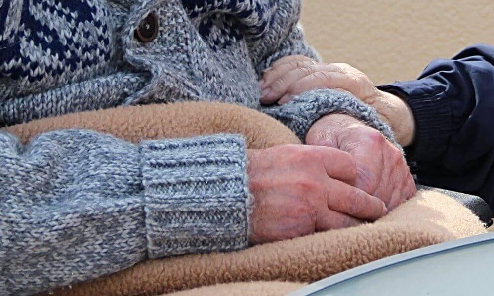fotografija starije osobe sa ćebetom