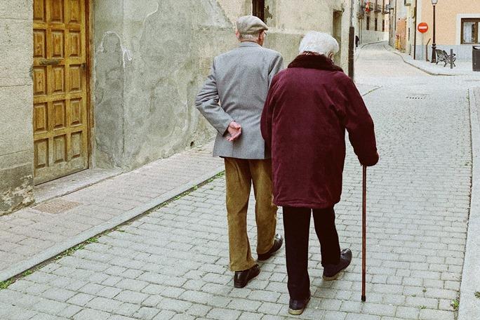 Starij ljudi šetaju sa stapom