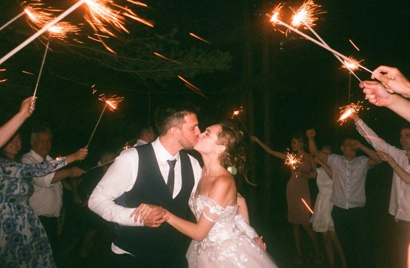 Mladenci koji se ljube na venčanju
