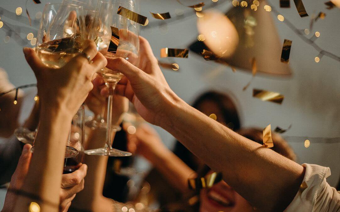 Ljudi koji nazdravljaju čašama za šampanjac