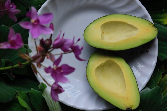 Isečen avokado na tanjiru