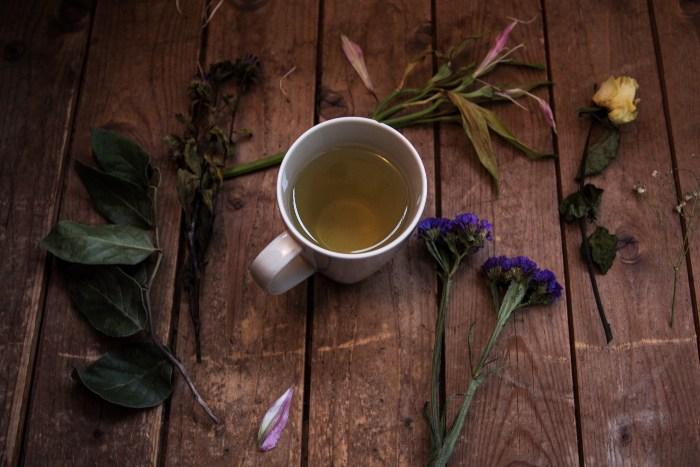 Zeneni čaj u šolji na stolu