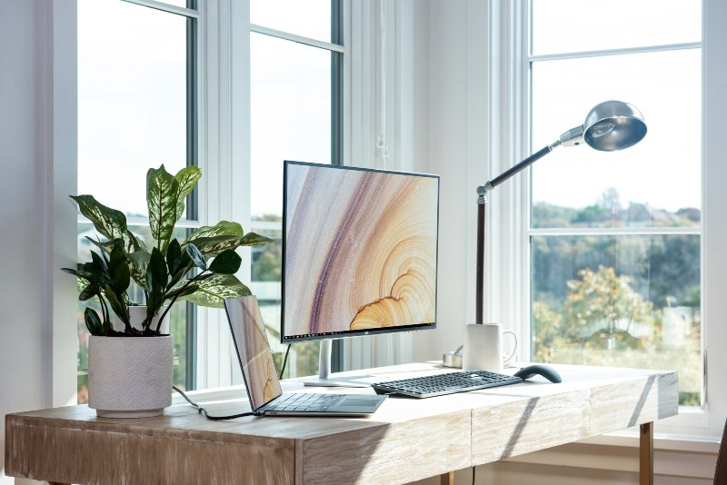 Veliki kompjuterski ekran u kancelariji