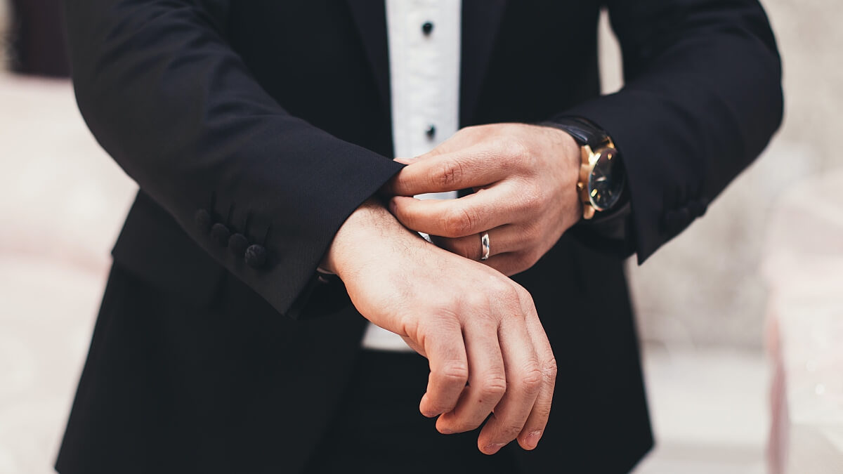 Muškarac koji namešta rukav na odelu