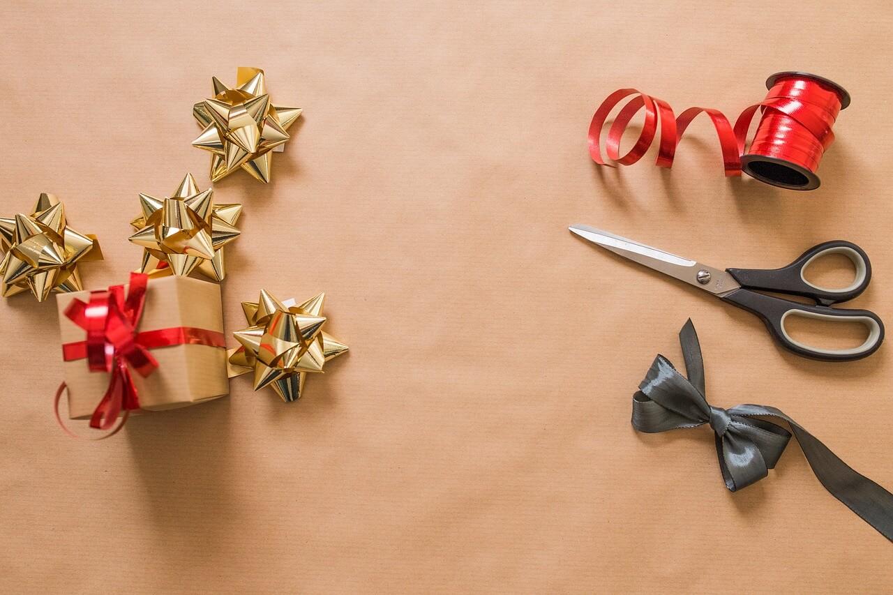 Mašna, makaze i ukrasni papir za ukrašavanje poklona