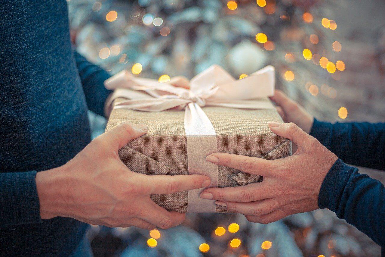 Predavanje upakovanog poklona iz jednih u druge ruke