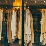 Ženska garderoba okačena na ofingerima u izlogu butika