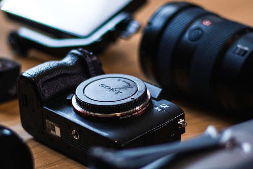 Poređani fotoaparati sa objektivom u prvom planu
