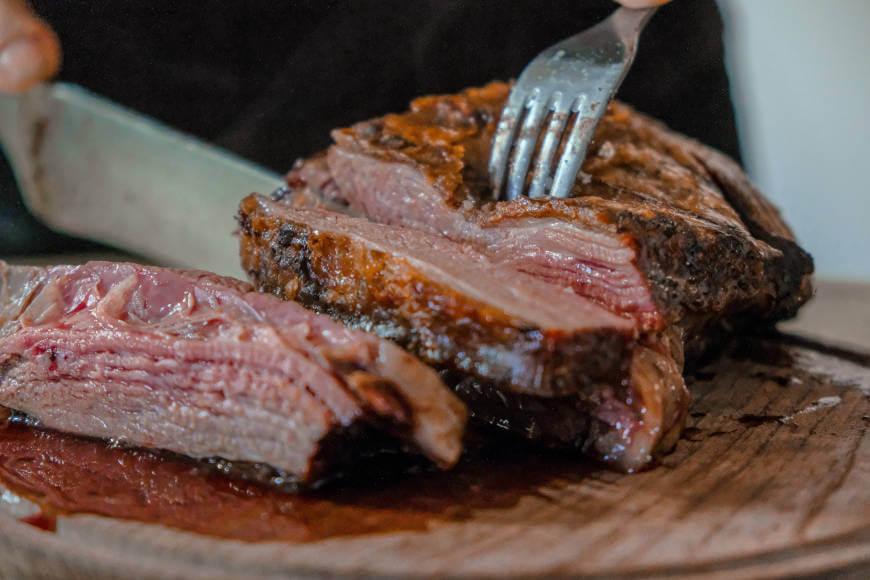 Prikaz viljuške zabodene u meso