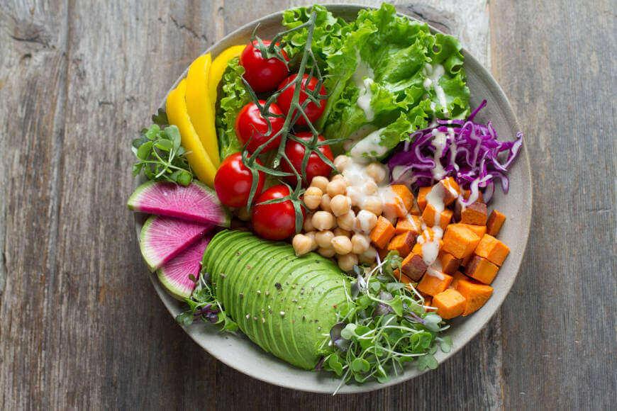 Tanjir pun zdravog povrća sa avokadom, leblebijama i paradajzom
