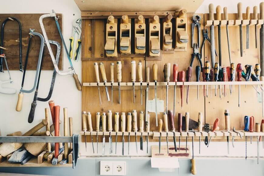 Polica u radionici na kojoj se nalazi alat