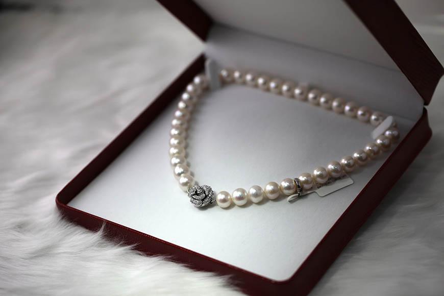 Kutija za nakit sa bisernom ogrlicom