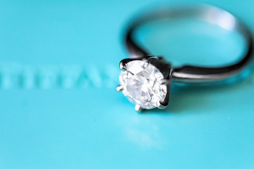 Dijamantski prsten na tirkizno plavoj pozadini