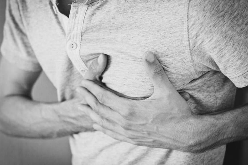 Čovek rukama prikazuje bol u srcu