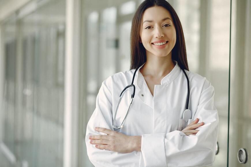 Nasmejana medicinska sestra u medicinskoj uniformi