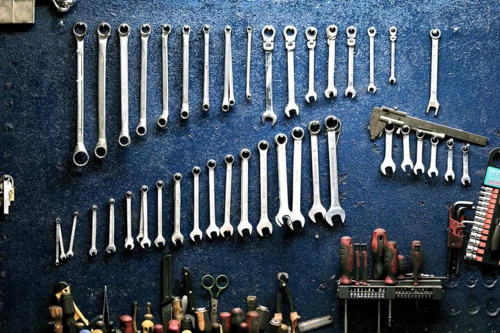 alat-garaža-ključevi-poređani-plava-pozadina