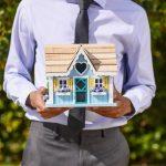 kuća-agent-za-prodaju-nekretnina