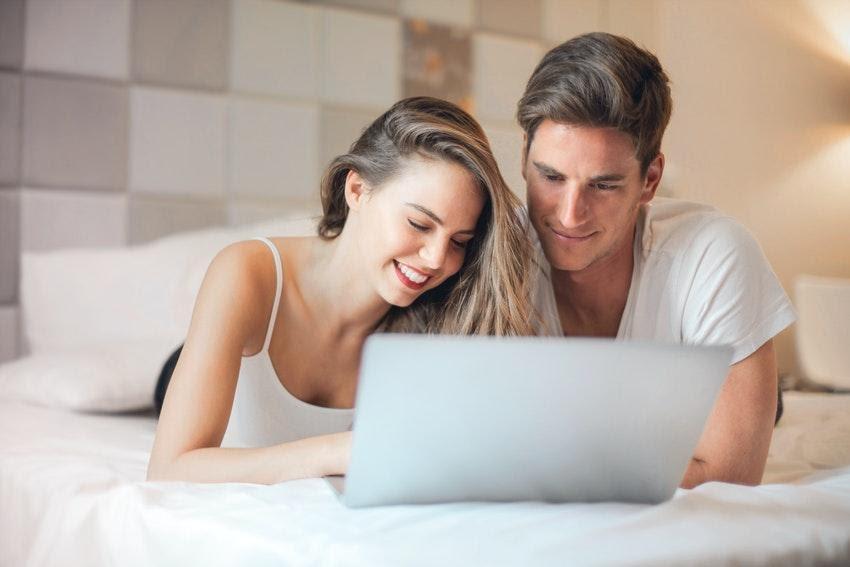 Momak i devojka gledaju laptop