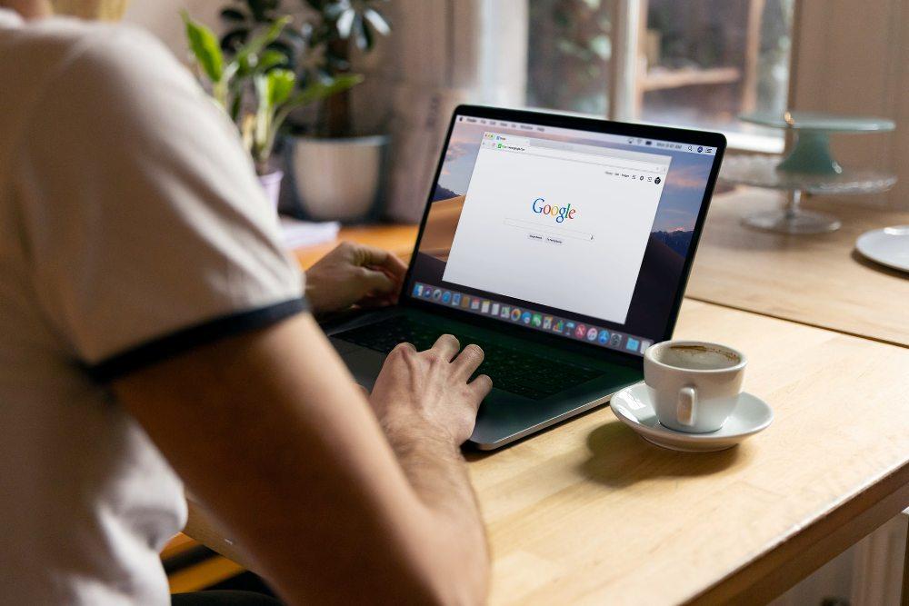 laptop-gugl-šoljica-sto