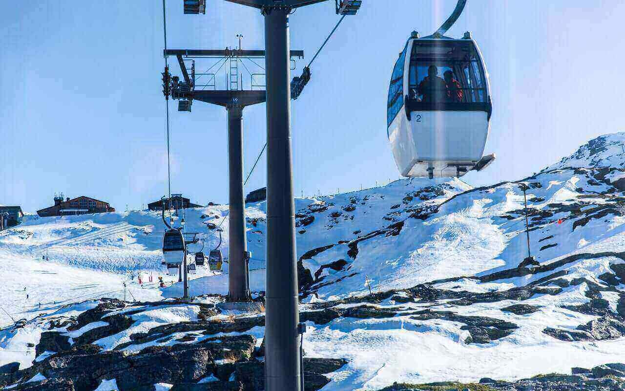 gondola na ski stazi