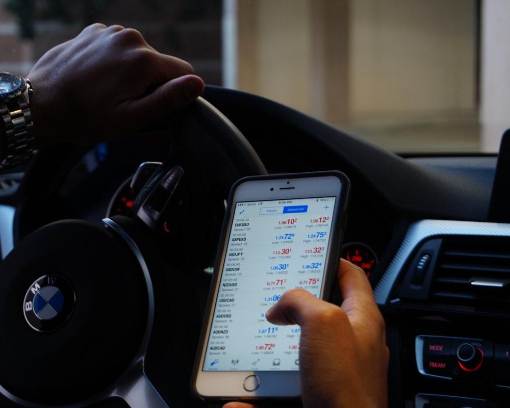 mobilni-telefon-ekran-volan-auto