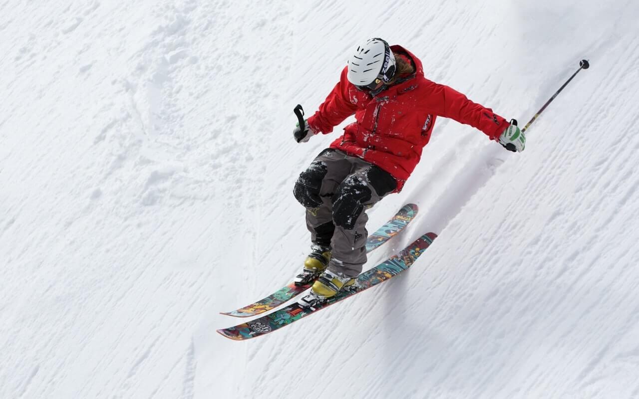 skijaš u crvenoj jakni