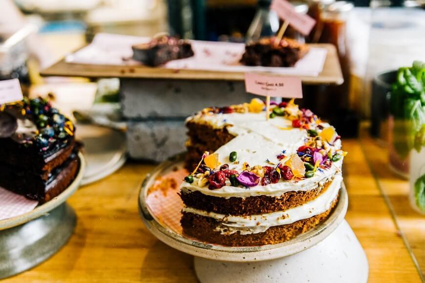 prikaz voćne torte na postolju